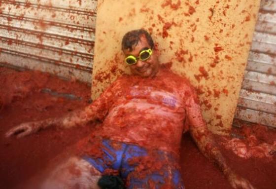 Tomatina_mosh6 さらには、もやは殺人現場のような光景になってしまっている男性もいま