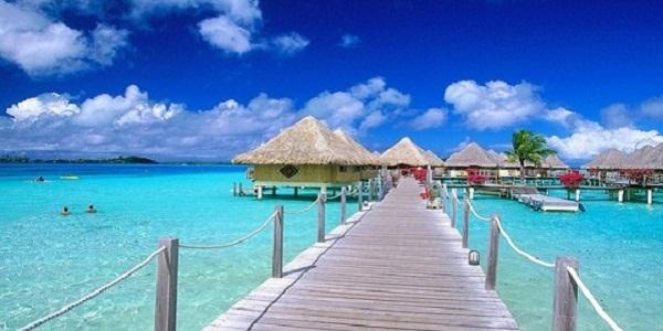 【ボラボラ島】美しすぎるブルーラグーンに水上コテージが並ぶタヒチの極上リゾート