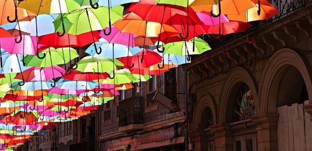 【アゲダ】カラフルな傘が空を埋め尽くす色鮮やかなポルトガルの街