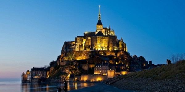 【モンサンミッシェル】フランスの小島に浮かぶ壮大な修道院