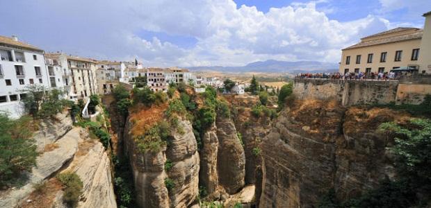 【崖の上の街】高所恐怖症には住めそうにない絶壁に立つスペインの街ロンダ