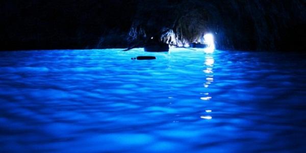 【青の洞窟】青く不思議な世界が一面に広がる神秘の洞窟