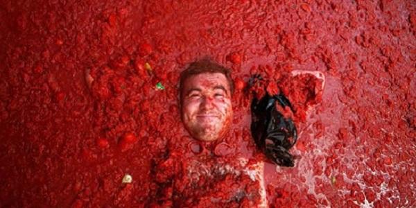 【トマト祭り】カオスすぎるトマト戦争が繰り広げられる祭りトマティーナ